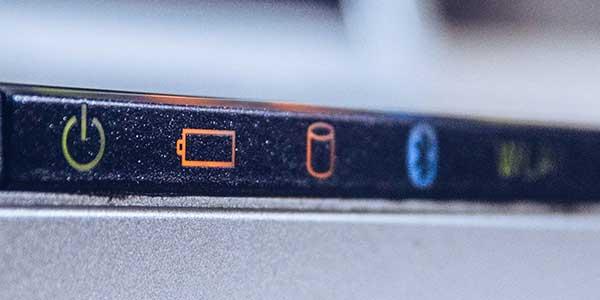 Acer Laptop Akku Anzeige leuchtet orange.