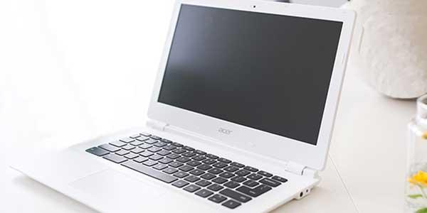 Acer Laptop mit schwarzem Display.